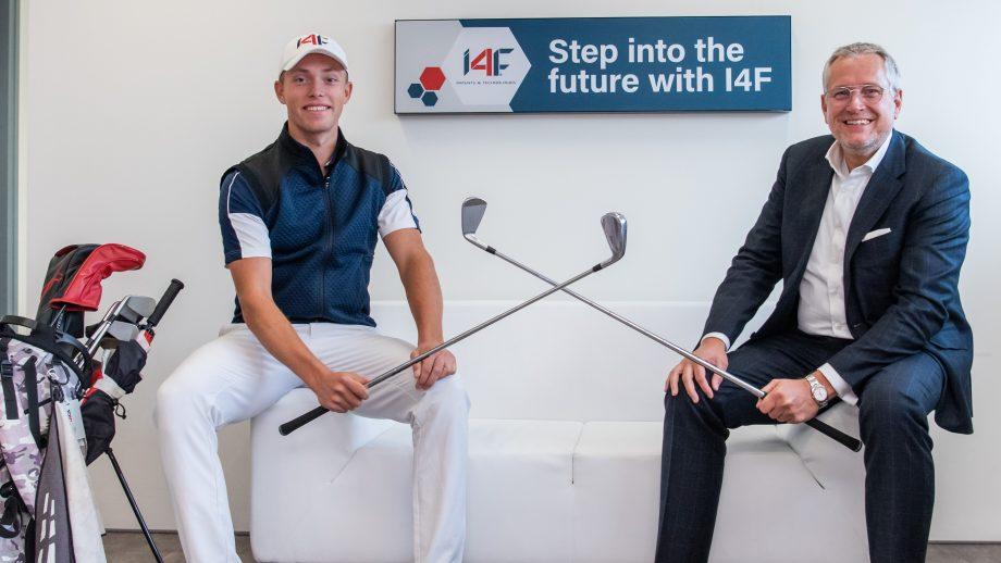 Koen Kouwenaar and John Rietveldt holding golf clubs