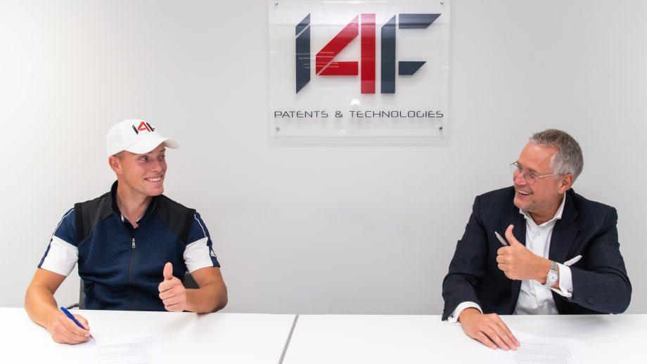 Koen Kouwenaar and John Rietveldt signing contracts